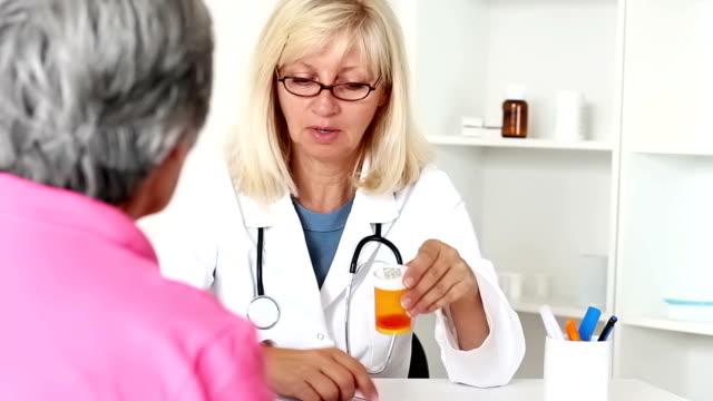 vidéos et rushes de prescription médicale - expliquer