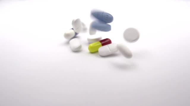 prescription pills in slow-mo - amfetamin pills bildbanksvideor och videomaterial från bakom kulisserna