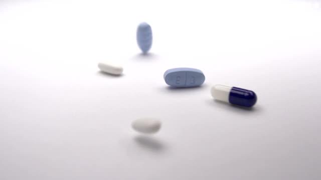 prescrizione pillole in slow-motion - prescrizione medica video stock e b–roll