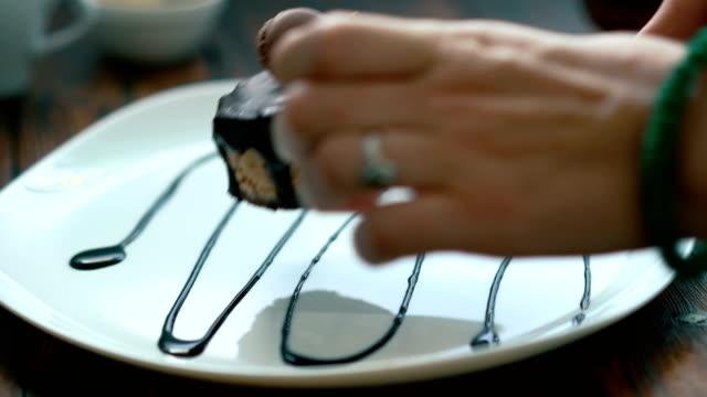 Presentation of cake on a white plate. - vídeo