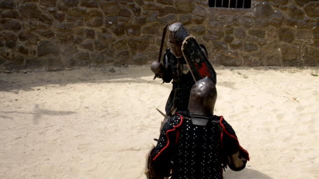 stockvideo's en b-roll-footage met presentatie van de slag van ridders met zwaarden en schilden - ridderlijkheid