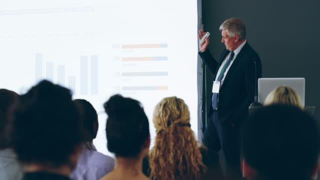 presentationsteknik som gör en inverkan - affärskonferens bildbanksvideor och videomaterial från bakom kulisserna