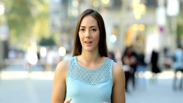 vidéos et rushes de présentateur de parler à la caméra dans la rue - interview