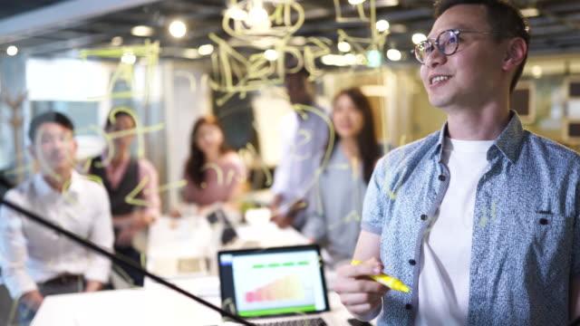 同僚にビジネスプランを提示する - プロジェクトマネージャー点の映像素材/bロール