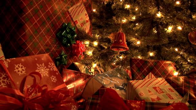 presenter av julgran - christmas presents bildbanksvideor och videomaterial från bakom kulisserna