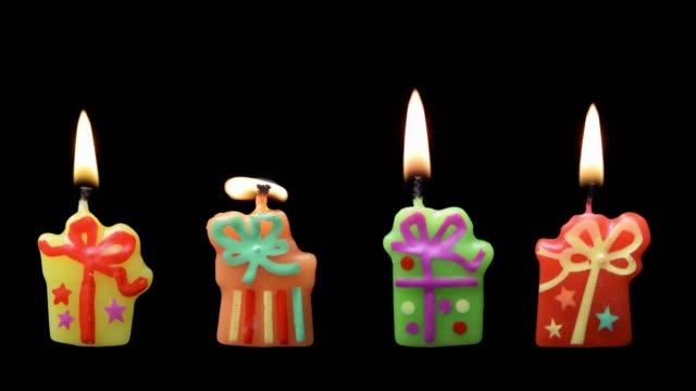 vídeos de stock, filmes e b-roll de presentes, velas acesas no fundo preto - feito em casa