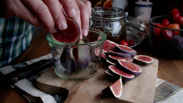 vídeos de stock e filmes b-roll de preserving figs with honey in jars - jam jar
