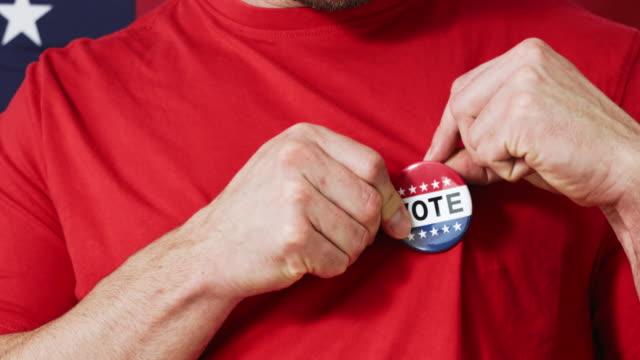 präsidentschaftswahl-knopf auf einen mann - aufkleber stock-videos und b-roll-filmmaterial