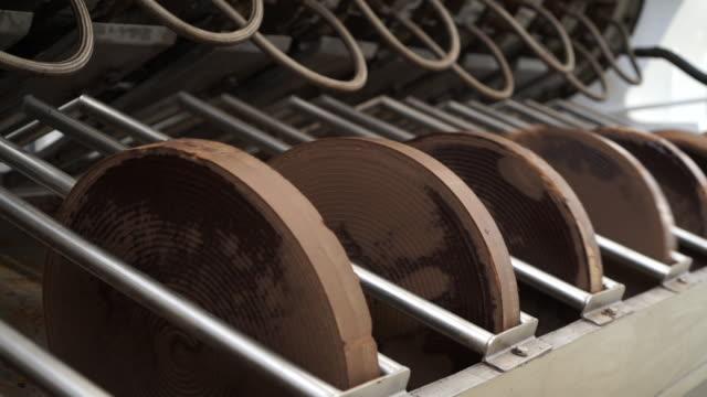 vídeos de stock e filmes b-roll de pressed cocoa discs - chocolate industry - cacau em pó