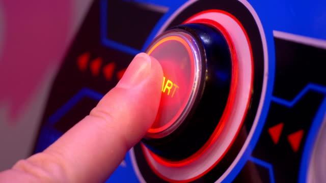 vídeos de stock, filmes e b-roll de pressionando um botão iniciar em 4k câmera lenta 60fps - pin