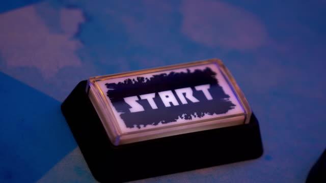 vídeos de stock, filmes e b-roll de pressionando um botão de partida em 4k slow motion 60fps - distintivo