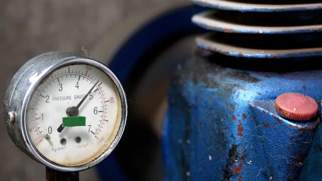 pressure gauge with compressor working. video