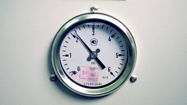 vidéos et rushes de manomètre pression de travail isolé sur fond blanc. bouchent. - cadran
