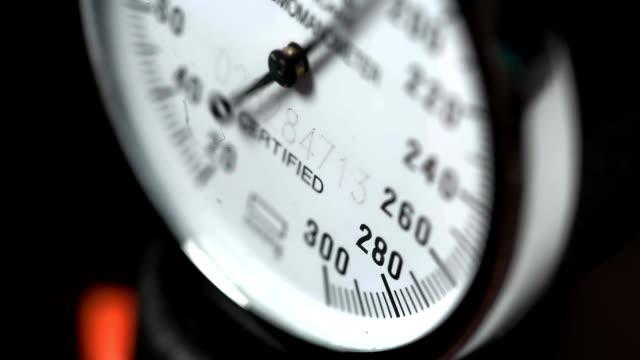 tryck mätning sensor makrofotografering - barometer bildbanksvideor och videomaterial från bakom kulisserna