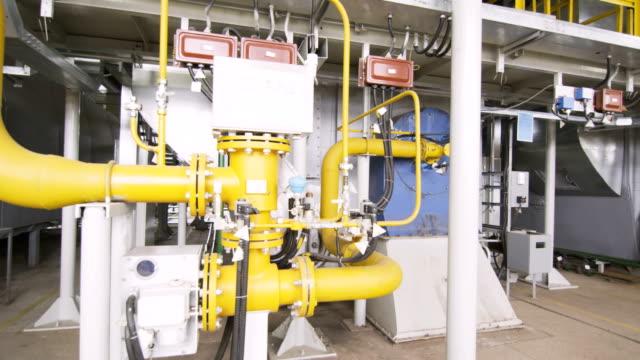 vídeos de stock e filmes b-roll de pressure meter in plastic box on yellow gas pipes - cisterna água parada