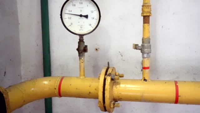 tryck meter på naturgasledning. - barometer bildbanksvideor och videomaterial från bakom kulisserna