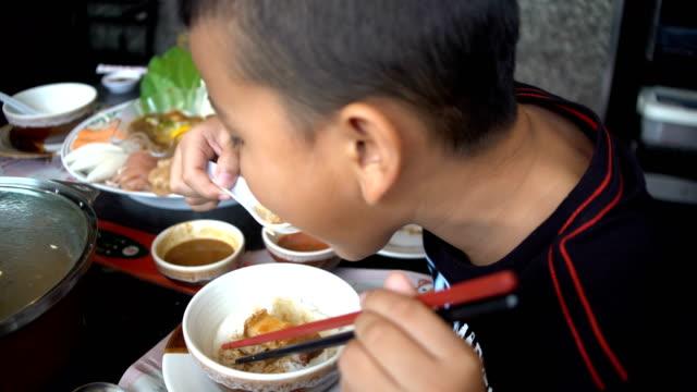 プレティーンの朝食を食べて ビデオ