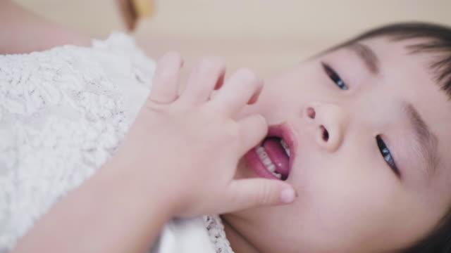 hübsche asiatin essen cookies - 2 3 jahre stock-videos und b-roll-filmmaterial