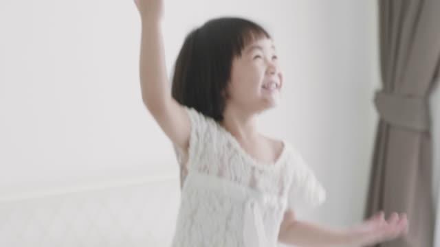 ホワイト ルームで遊んでかなりアジア - 居間点の映像素材/bロール