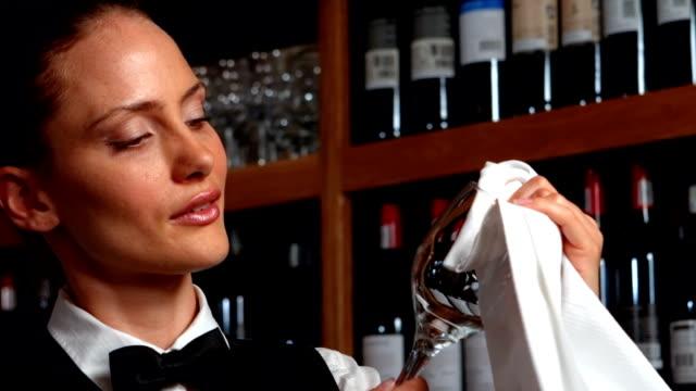 graziosa barista passo un bicchiere da vino - lucidare video stock e b–roll