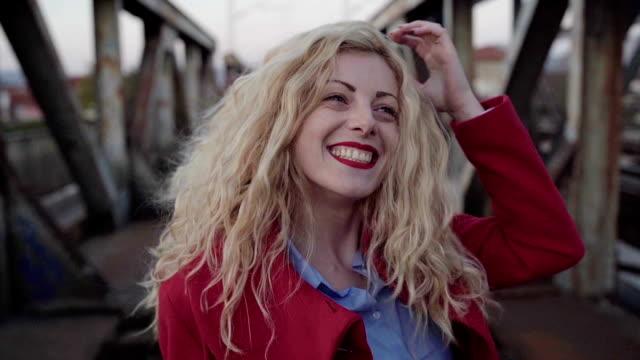 vídeos y material grabado en eventos de stock de bonita rubia en puente ferroviario - moda de otoño