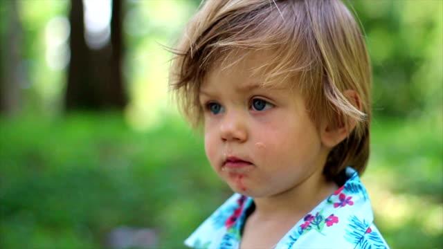 söt pojke utomhus - stillsam scen bildbanksvideor och videomaterial från bakom kulisserna