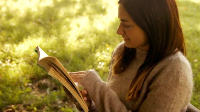 Ziemlich brunette Lesung im park – Video