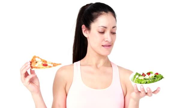 vidéos et rushes de jolie brunette femme manger - tentation