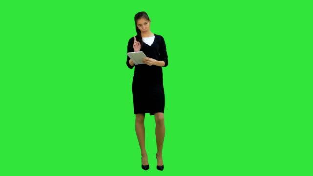 Mooie zakenvrouw presentatie met behulp van digitale tablet op een groen scherm, Chromakey, Key geven video