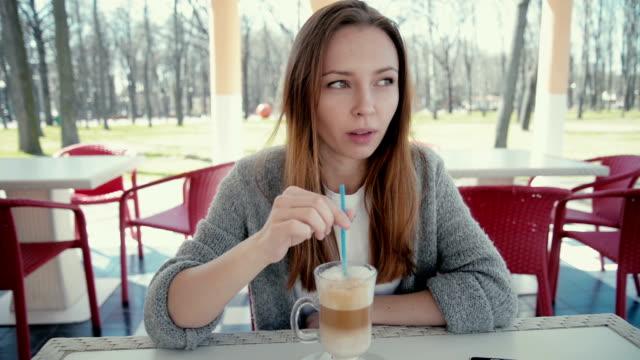 bella donna d'affari di bere il caffè e rilassante al bar - blazer video stock e b–roll