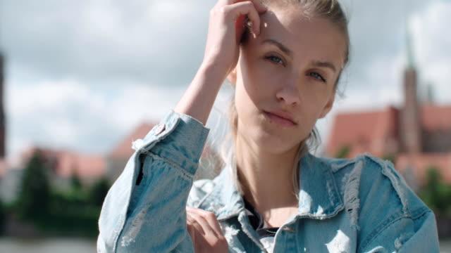 Femme jolie mode repos dans une ville en Europe. - Vidéo