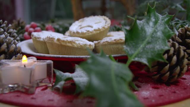 vídeos de stock e filmes b-roll de pretty festive plate of christmas mince pies - christmas cake