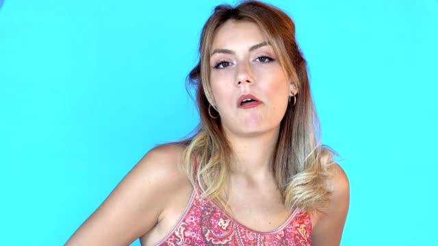 stockvideo's en b-roll-footage met 4k mooi meisje chews gum - acteur