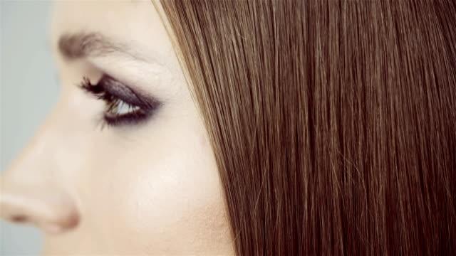 かわいい女の子は彼女の長い滑らかな髪を櫛。ヘアケア製品。 - ブラシ点の映像素材/bロール