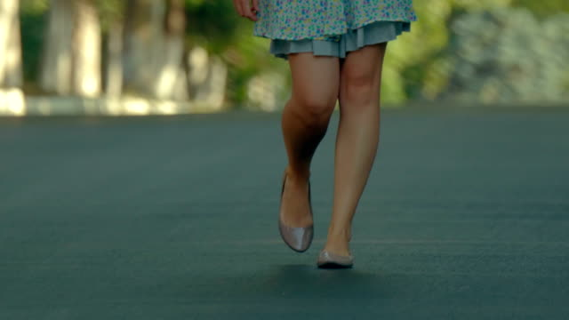 vídeos de stock e filmes b-roll de pretty girl in skirt walking towards the camera. slow motion - saia