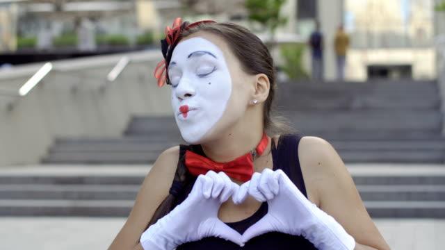 カメラと笑顔の美少女 mime ショー愛 - グリースペイント点の映像素材/bロール