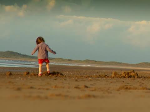 pretty girl playing on beach - endast flickor bildbanksvideor och videomaterial från bakom kulisserna