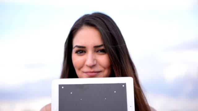 可愛らしい女の子、デジタルタブレット - プロジェクトマネージャー点の映像素材/bロール