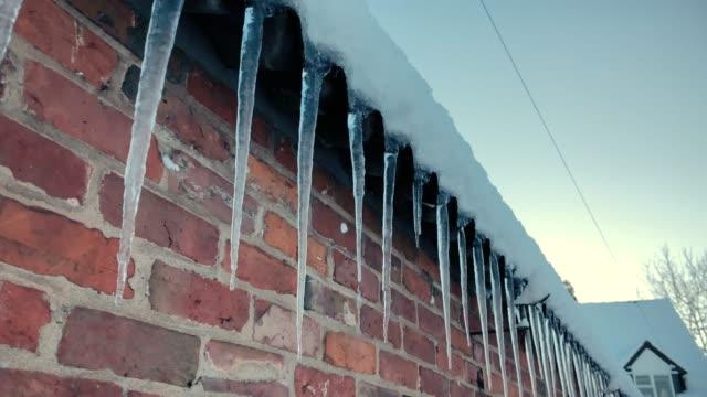 vackra istappar hängande utanför ett tak - icicle bildbanksvideor och videomaterial från bakom kulisserna