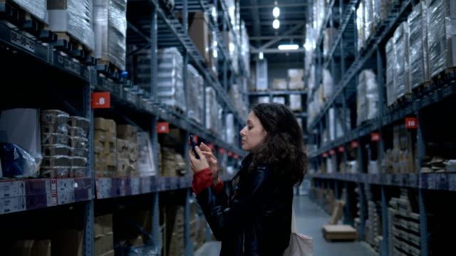 かわいい女性は、商品を探してデパートに立っています - ブランディング点の映像素材/bロール