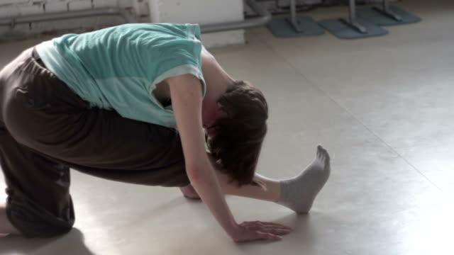 hübsches rotschopf mädchen machen beintraining - gymnastikanzug stock-videos und b-roll-filmmaterial