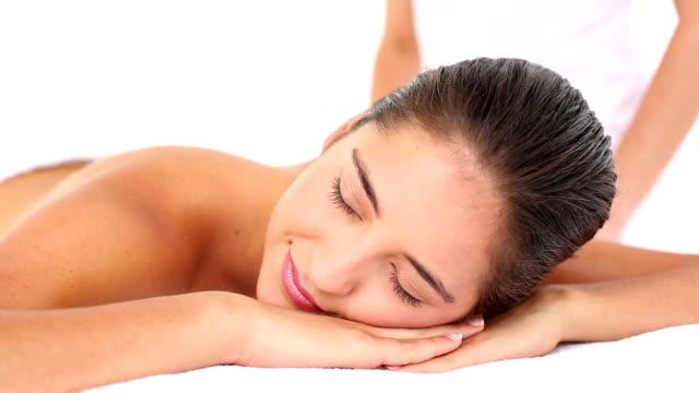 ładna kobieta, podziwiając o masaż - terapia lastone filmów i materiałów b-roll