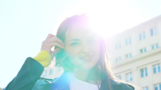 vídeos y material grabado en eventos de stock de mujer bonita sonriendo en la ciudad - moda de otoño