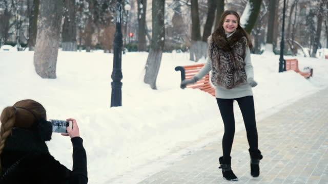 vídeos y material grabado en eventos de stock de tomar fotos de mujeres bonitas en el parque de invierno - memorial day weekend