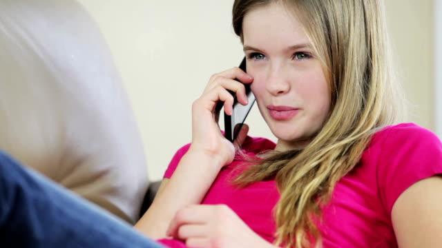 pretty young girl talking on mobile phone - endast en tonårsflicka bildbanksvideor och videomaterial från bakom kulisserna