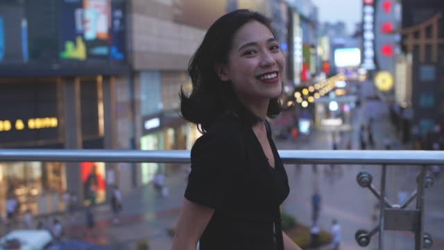 かなり若い女の子の街、スローモーションを歩いて - 美人点の映像素材/bロール
