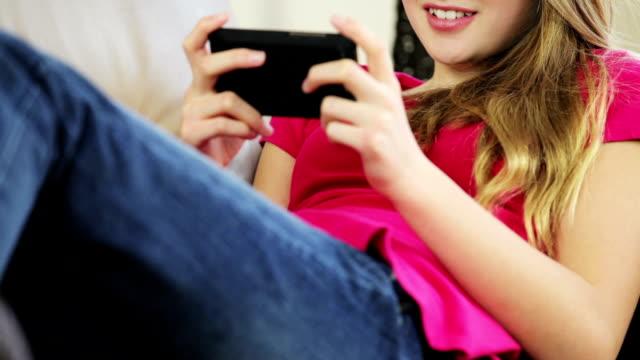 pretty young teenage girl sending text message - endast en tonårsflicka bildbanksvideor och videomaterial från bakom kulisserna