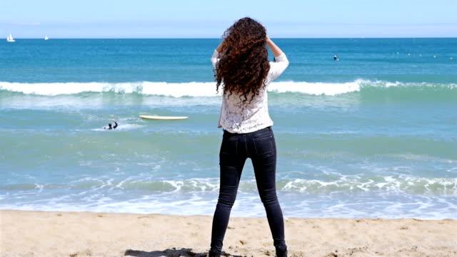 vídeos de stock, filmes e b-roll de muito jovem, correndo na praia do mar e desfrutar do sol de verão - sul europeu