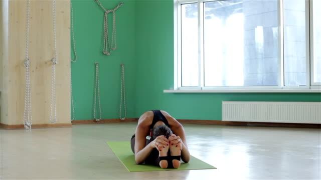 bella giovane donna formazione yoga - posizione corretta video stock e b–roll