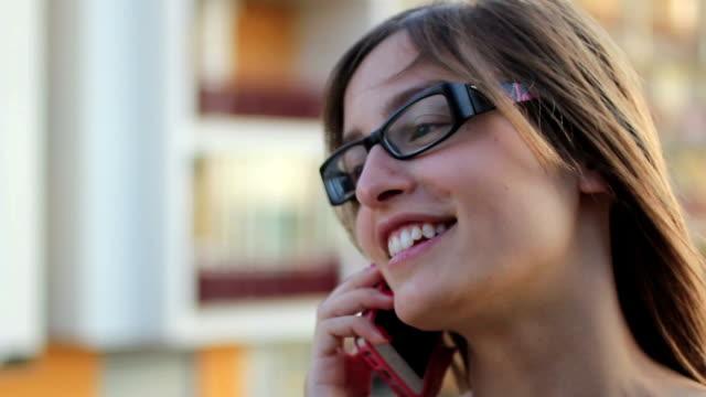 vídeos y material grabado en eventos de stock de hermosa joven mediante teléfono móvil; teléfono inteligente - letra s